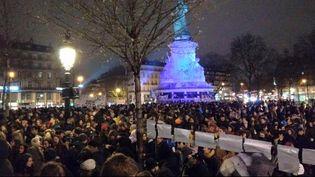 """Après la manifestation contre la loi El Khomri, des centaines de personnes continuent la mobilisation place de la République, à Paris, dans le cadre d'une opération """"Nuit Debout"""" (NUIT DEBOUT / TWITTER)"""