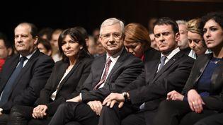 Claude Bartolone, tête de liste socialiste aux régionales en Ile-de-France, entouré par la maire de Paris, Anne Hidalgo, et le Premier ministre, Manuel Valls, lors d'un meeting dans la capitale, le 3décembre 2015. (MARTIN BUREAU / AFP)