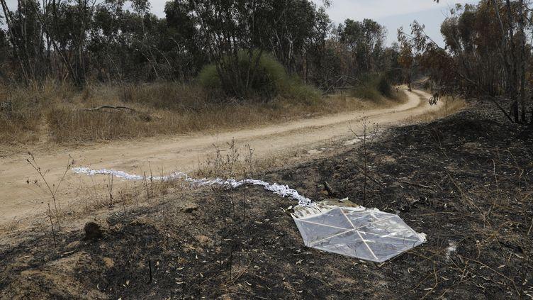 Un cerf-volant enflammé près du kibboutz de Beeri le 5 juin 2018 (Israël). (MENAHEM KAHANA / AFP)