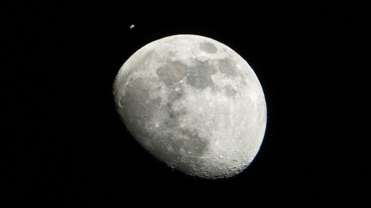 La Lune et la station spatiale internationale, photographiées depuis Houston (Texas), le 4 janvier 2012. (LAUREN HARTNETT / NASA / AFP)