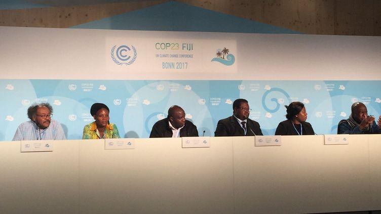 Les représentants de l'Alliance panafricaine pour la justice climatique (PACJA) lors d'une conférence de presse à la COP23, le17 novembre 2017 (le 4e à partir de la gauche est l'activiste camerounais Augustine Bantar Njamnshi). (Géopolis/FG)