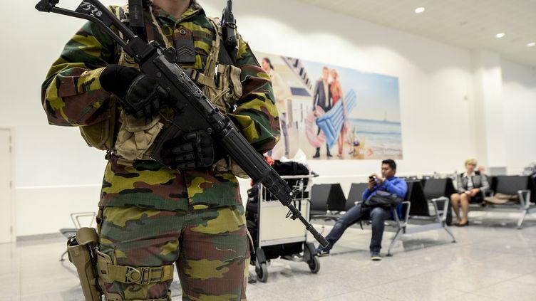 (Un militaire belge en patrouille à Bruxelles, en novembre 2015.)