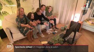 Le coronavirus oblige les professionnels du spectacle à se réinventer. Un magicien québécois, Luc Langevin, s'invite par exemple dans les salons de ses spectateurs. (France 2)