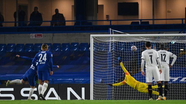Les Rennais observent Timo Werner inscrire son deuxième penalty de la partie. (DYLAN MARTINEZ / POOL)