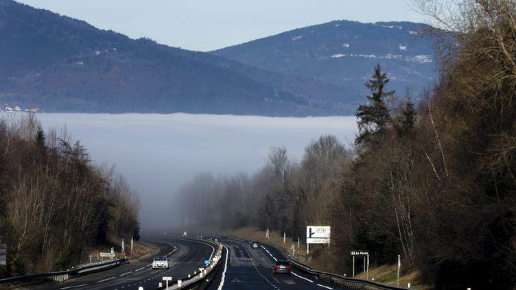 """La """"mer de nuage"""" dans la vallée de l'Arve, le 25 décembre 2017. (VINCENT ISORE / MAXPPP)"""