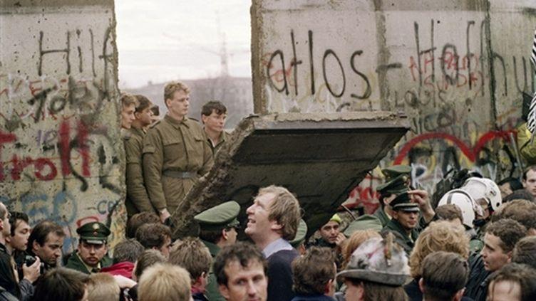 Trente-six heures après l'ouverture du Mur de Berlin, le 11 novembre 1989... (© AFP - GERARD MALIE)