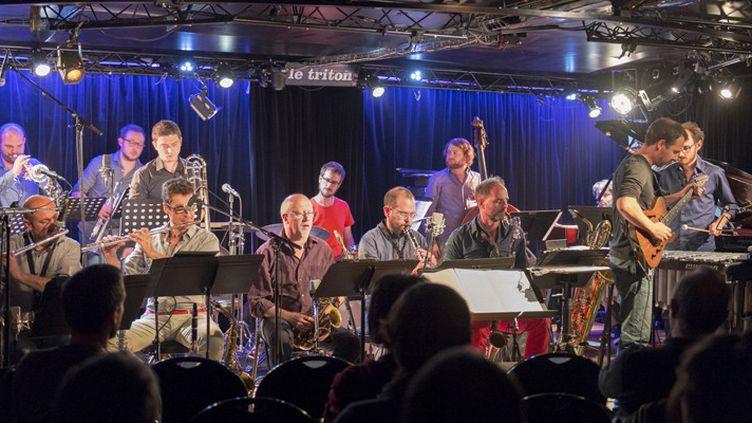 Le grand ensemble de jazz Ping Machine sur la scène du Triton, aux Lilas, le 2 octobre 2015. Durant le festival Jazz sur Seine, ils se produisent le 10 octobre au Studio de l'Ermitage.  (CitizenSide / Robert Alcaraz / AFP)