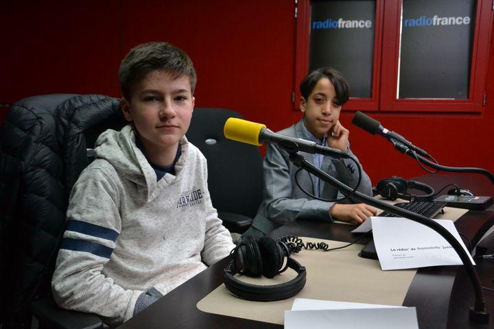 Au micro de franceinfo junior, Axel, Fayçal et leurs camarades ont posé des questions sur les volcans. (ESTELLE FAURE / FRANCEINFO - RADIOFRANCE)