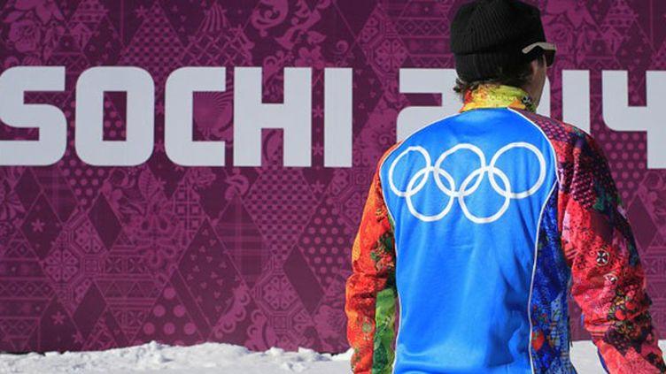 """Les volontaires de Sotchi arborent tous cette veste, """"patchwork de couleurs symbolisant les 28 régions russes"""""""