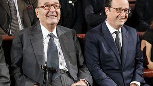L'ancien président français Jacques Chirac (G) et l'actuel François Hollande sont réunisà l'occasion de la remise du prix pour la prévention des conflits de la Fondation Jacques Chirac au musée du quai Branly à paris, le 21 novembre 2014. ( PATRICK KOVARIK / AFP)