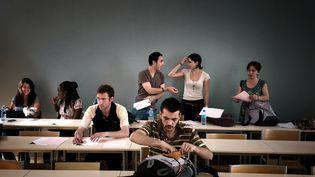 Des étudiants s'installent dans une salle de cours de l'université Lyon-2, le 22 mai 2009 à Lyon. (JEAN-PHILIPPE KSIAZEK / AFP)