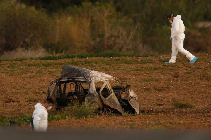 La voiture déchiquetée de la journaliste Daphne Caruana après une explosion à la bombe, le 16 octobre 2017 àBidnija à Malte. (DARRIN ZAMMIT LUPI / REUTERS)