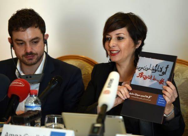 La directrice du bureau tunisien de Human Rights Watch, Amna Guellali, présente un document de 33 pages rédigé par son ONG pour dénoncer les effets de la loi draconienne de répression de la consommation de drogue. 2février 2016, Tunis.  (Fathi Belaid/AFP)