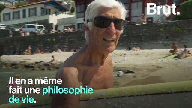 En 1957 sur la côte basque, il était l'un des tout premiers en France à glisser sur cette planche venue d'ailleurs... Aujourd'hui à 83 ans, Joël de Rosnay surfe toujours. Et il n'a pas l'intention de s'arrêter.