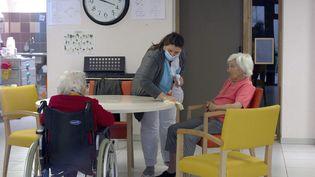 Une soignante portant un masque de protection nettoie le mobilier avec une solution antiseptique dans un EHPAD proche de Montpellierle 24 mars 2020. Photo d'illustration. (GUILLAUME BONNEFONT / MAXPPP)