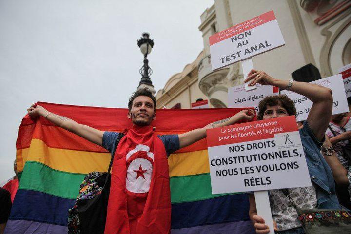 Tunis, le 13 août 2018. Manifestant arborant les drapeaux tunisien et arc-en-ciel (LGBT) lors d'une manifestation de soutien au projet de loi du président Essebsi. (CHEDLY BEN IBRAHIM / NURPHOTO)