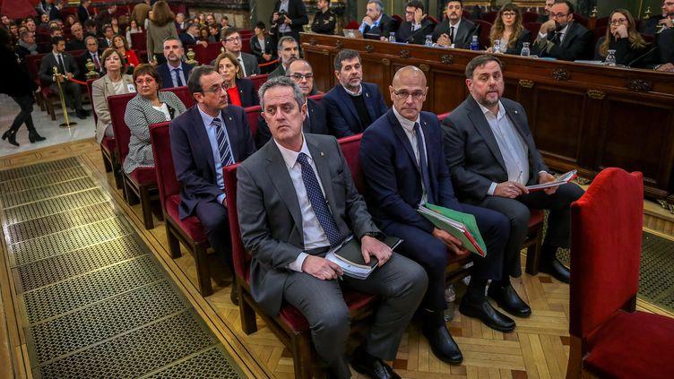 Les leaders indépendantistes catalans Joaquim Forn, Raum Romeva et Oriol Junqueras (au premier rang, de gauche à droite), lors de l'ouverture de leur procès à Madrid (Espagne), le 12 février 2019. (EMILIO NARANJO / POOL / AFP)
