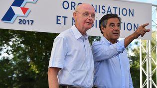 Patrick Stefanini et François Fillon, le 28 août 2015 à Sablé-sur-Sarthe. (JEAN-FRANÇOIS MONIER / AFP)