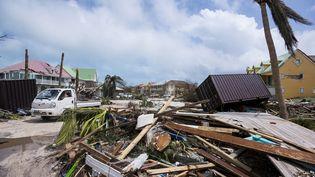 Une rue d'Orient Bay après le passage de l'ouragan Irma, le 7 septembre 2017 à Saint-Martin. (LIONEL CHAMOISEAU / AFP)