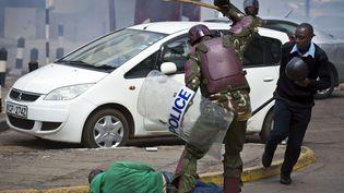 Le 16 mai, un policier anti émeute frappe violemment un manifestant. La photo fait le tour du monde. (Ben Curtis/AP/SIPA)