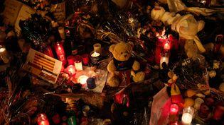 Des bougies, des fleurs et des peluches sur La Rambla à Barcelone, en souvenir des treize personnes tombées après le passage d'une camionnette le 17 août. L'attaque a été revendiquée par l'Etat islamique. (BURAK AKBULUT / ANADOLU AGENCY)