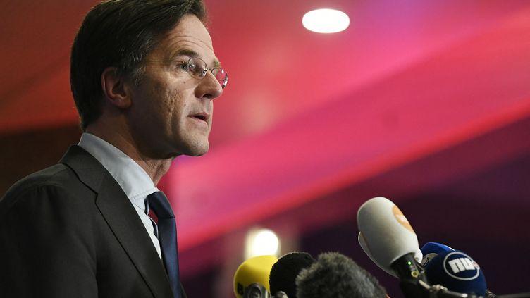 Le Premier ministre néerlandais Mark Rutte s'adresse à la presse à La Haye, le 17 mars 2021. (PIROSCHKA VAN DE WOUW / AFP)