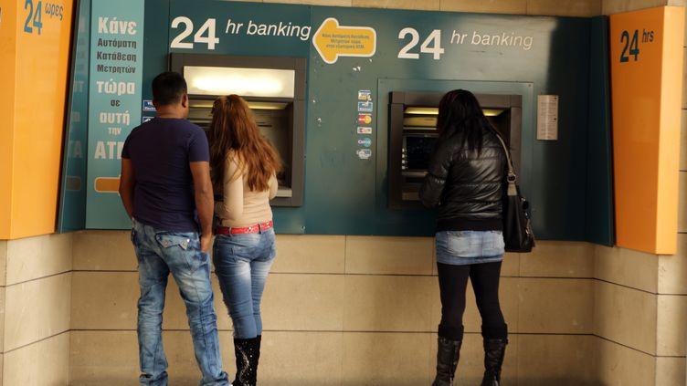 Des Chypriotes retirent de l'argent à Nicosie (Chypre), le 8 avril 2013. (PATRICK BAZ / AFP)