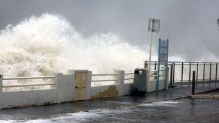 Les vagues submergent le boulevard du Midi, le 23 novembre 2019, à Cannes (Alpes-Maritimes). (MAXPPP)