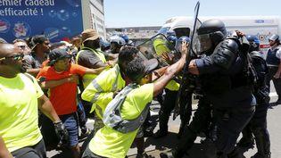 Des CRS chargent les manifestants à la Réunion. (DAVID CHANE / MAXPPP)