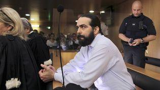Sylvain Jouanneau, accusé d'avoir enlevé et séquestré son fils Mathis en 2011, assiste aux auditions lors de son procès devant la cour d'assises à Caen (Calvados), le 3 juin 2015. (CHARLY TRIBALLEAU / AFP)