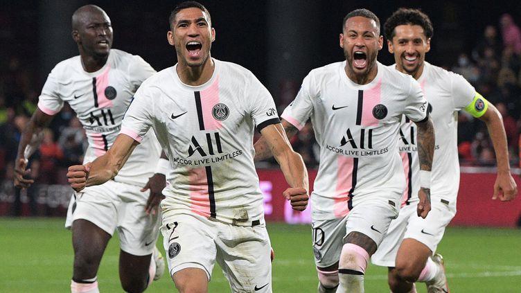 La joie des Parisiens lors du but d'Achraf Hakimi face à Metz. (SEBASTIEN BOZON / AFP)