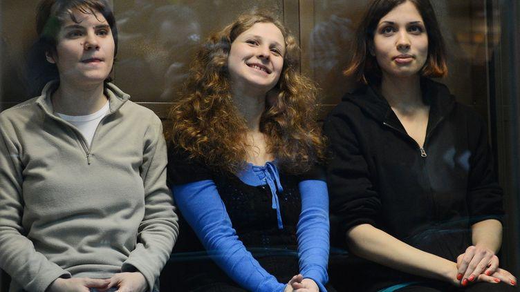 Ekaterina Samoutsevitch (G),Maria Alekhina (C) etNadejda Tolokonnikova (D), membres du groupe de rock russe Pussy Riot, le 10 octobre 2012 lors de leur procès en appel à Moscou (Russie). (NATALIA KOLESNIKOVA / AFP)
