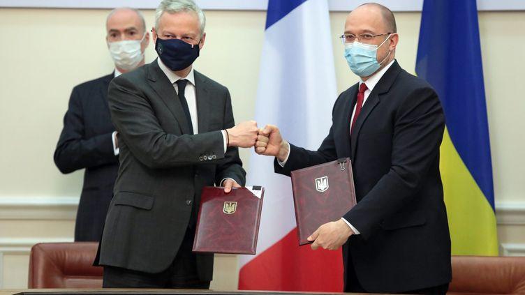 Bruno Le Maire et le Premier ministre ukrainien, le 13 mai 2021, lors de la signature d'un contratqui prévoit notamment la fourniture de 130 locomotives électriques. (HENNADII MINCHENKO / AVALON / MAXPPP)