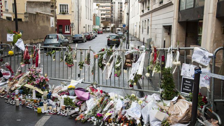 """Devant les locaux de """"Charlie Hebdo"""", après la tuerie perpétrée par les frères Kouachi, le 7 janvier 2015 à Paris. (ROLLINGER-ANA / AFP)"""