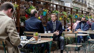 Emmanuel Macron prend un café en terrasse à Paris le 19 mai 2021 avec le Premier ministre Jean Castex, à l'ocasion de la phase 2 du déconfinement. (GEOFFROY VAN DER HASSELT / AFP)