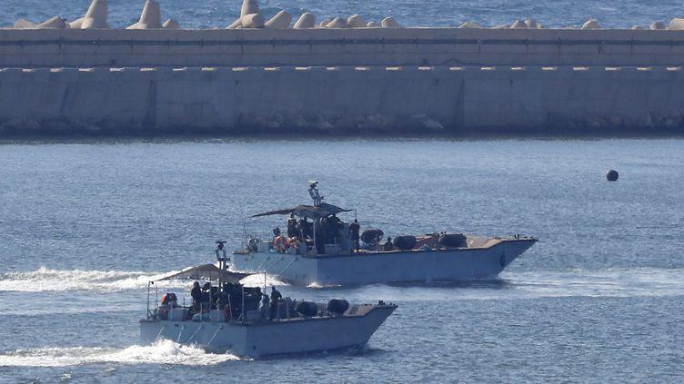Des navires israéliens manoeuvrent dans le post d'Ashod, au sud d'Israël, le 29 juillet 2018. (JACK GUEZ / AFP)