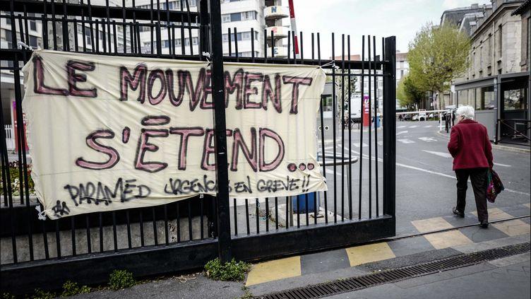 Une entrée de l'hôpital Saint-Antoine à Paris, en avril 2019. (LUC NOBOUT / MAXPPP)