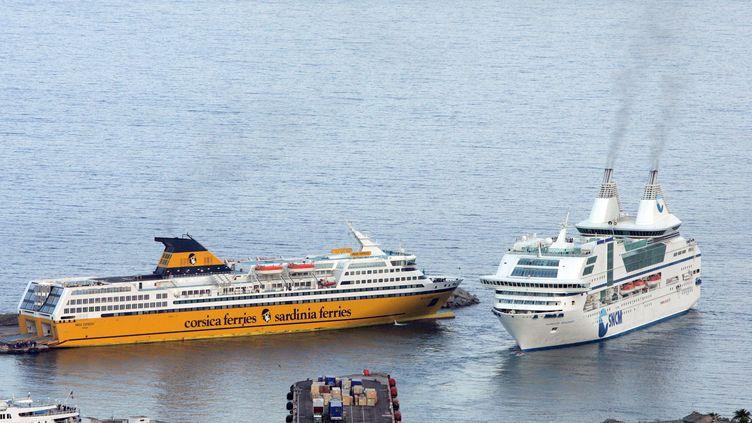 Un navire de Corsica Ferries croise un ferry de la SNCM, le 22 février 2012, dans le port de Bastia (Haute-Corse). (MAXPPP)