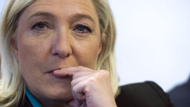 """La présidente du Front national, Marine Le Pen, à Paris, lors d'une conférence de presse le 12 octobre 2013 pour le lancement d'un groupe d'enseignants pro-Fn, le """"Collectif racine"""". (LIONEL BONAVENTURE / AFP)"""