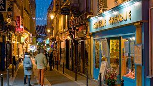 """La rue de la Huchette au coeur du quartier Latin à Paris, en 2015. Dans cet endroit touristique, le restaurant """"Bristrot Saint André"""" a été épinglé par les experts sanitaires pour """"hygiène à améliorer"""". (JEAN HARIXCALDE / ONLY FRANCE)"""