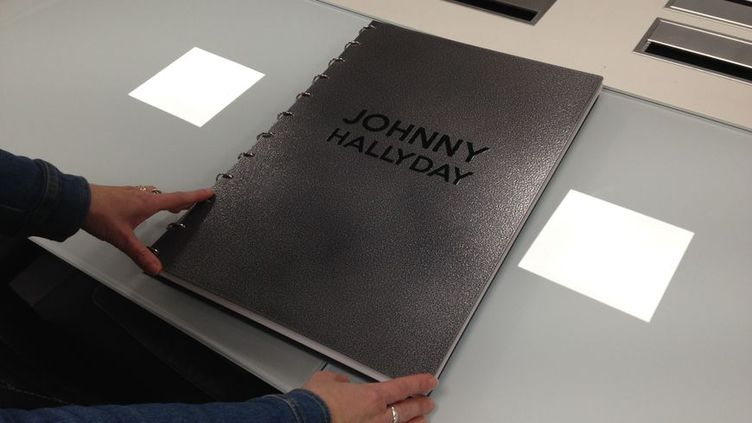 Ce livre consacré à Johnny Hallyday a été produit par l'Imprimerie Solidaire, basée à Martigné-sur-Mayenne, dans le Pays de la Loire. (CHARLOTTE COUTARD / FRANCE BLEU MAYENNE)