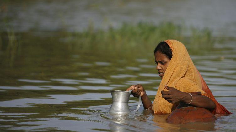 Une femme dans les inondations au Bangladesh en 2008 (? ANDREW BIRAJ / REUTERS / X02521)