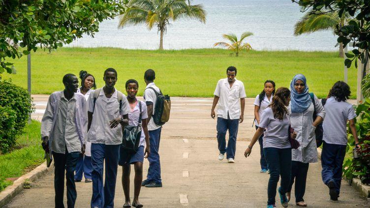 Etudiants de l'Ecole de médecine latino-américaine (Elam) de La Havane, le 14 octobre 2013. Des centaines d'étudiants africains sont formés chaque année dans cette université de réputation mondiale. (ADALBERTO ROQUE / AFP)