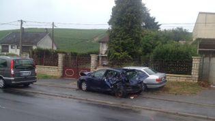 Cette photo de France 3 Champagne-Ardenne montre les dégâts sur une voiture qui a été heurté pendant l'accident survenu dans la Marne, dimanche 9 août 2015. (ELEONORE AUTISSIER / FRANCE 3 CHAMPAGNE-ARDENNE)