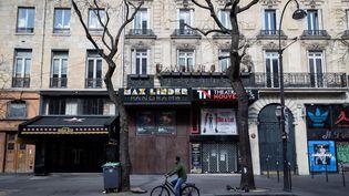 Vue d'un cinéma fermé à Paris, le 15 mars 2020. (THOMAS SAMSON / AFP)