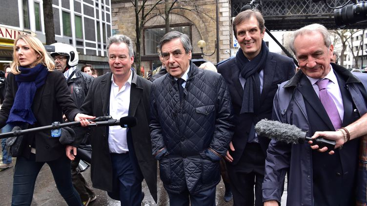 François Fillon, candidat à l'élection présidentielle, entouré d'élus le soutenant, le 1er mars 2017 à Paris. (CHRISTOPHE ARCHAMBAULT / AFP )