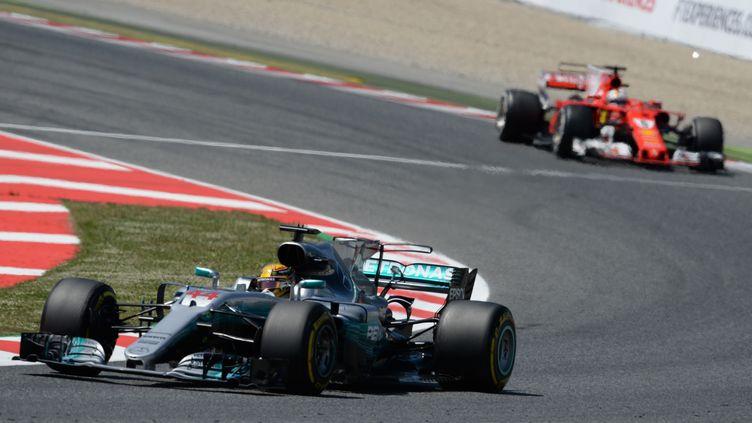 Lewis Hamilton devance Sebastian Vettel (JOSEP LAGO / AFP)