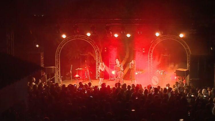 """Concert lors du Festival """"Le mas des Escaravatiers"""". (France 2)"""