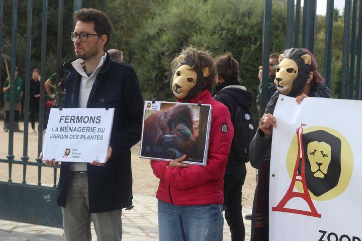 """L'association""""Paris Animaux Zoopolis""""réclame la fermeture de la Ménagerie du Jardin des plantes à Paris, le 7 octobre 2019. (XAVIER GRUMEAUX/FRANCEINFO)"""