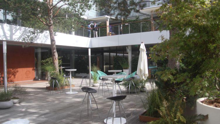 Le patio du Village est souvent désert sur cette quinzaine particulière.